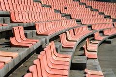 老被风化的塑料位子在一个老体育场内,使用浅Dep 免版税库存图片