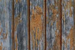 老被风化的委员会垂直的破旧的破裂的油漆黄色特写镜头纹理老木背景难看的东西 库存图片
