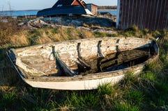 老被风化的小船 免版税图库摄影