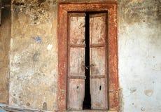老被风化的木门 免版税库存照片