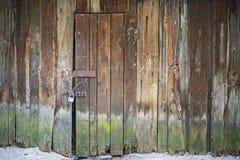 老被风化的木闭合和锁着的门 免版税图库摄影