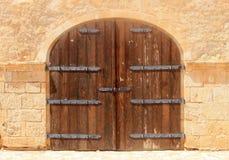 老被风化的棕色木葡萄酒门 免版税库存照片