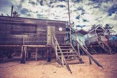 老被风化的海滩小屋 免版税库存照片