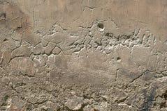 老被风化的混凝土墙以损伤和镇压构造背景 图库摄影