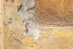 老被风化的混凝土墙以损伤和镇压构造背景 免版税图库摄影