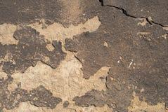 老被风化的混凝土墙以损伤和镇压构造背景 免版税库存照片