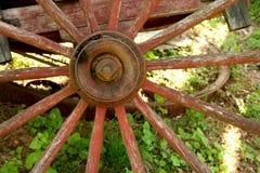 老被风化的红色马车车轮 库存照片