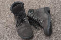 老被风化的绒面革穿上鞋子特写镜头 库存照片