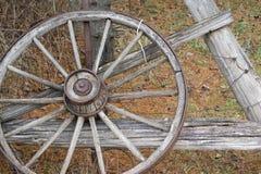 老被风化的葡萄酒马车车轮 免版税库存照片
