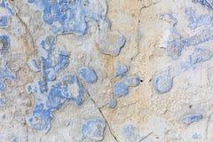 老被风化的蓝色膏药墙壁纹理 难看的东西背景 免版税库存照片