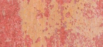 老被风化的被绘的墙壁背景纹理 有掉下的红色肮脏的被剥皮的膏药墙壁剥落油漆 免版税库存图片
