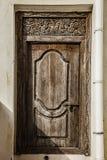 老被风化的被雕刻的传统zanzibarian门 库存图片