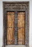 老被风化的被雕刻的传统zanzibarian门 库存照片