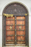 老被风化的被雕刻的传统zanzibarian门 免版税库存照片