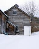 老被风化的谷仓木头在冬天 库存照片