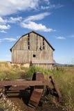 老被风化的谷仓。 免版税图库摄影