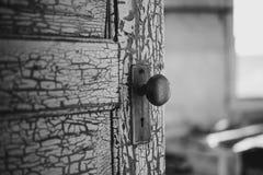 老被风化的门 免版税库存照片
