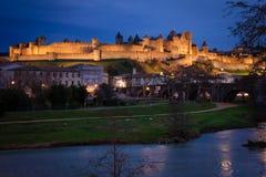 老被围住的城堡在晚上 卡尔卡松 法国 免版税库存图片