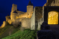 老被围住的城堡在晚上 卡尔卡松 法国 免版税库存照片