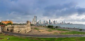 老被围住的城市和现代Bocagrande -卡塔赫钠de Indias,哥伦比亚对比  免版税库存图片