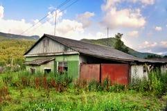 老被破坏的农村房子 免版税库存图片
