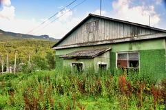 老被破坏的农村房子 库存图片