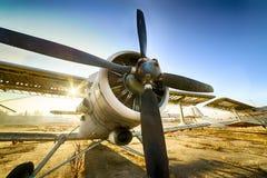 老被破坏的双翼飞机在停车场站立一个被放弃的机场 免版税库存照片