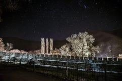 老被破坏的墙壁美好的夜风景有星的在天空,长的曝光, Sheki,阿塞拜疆,大高加索 免版税库存照片