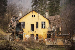 老被破坏的房子在森林里 图库摄影