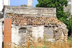 老被破坏的无人居住的房子 免版税图库摄影