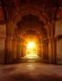 老被破坏的曲拱在日落的古老宫殿 免版税库存图片