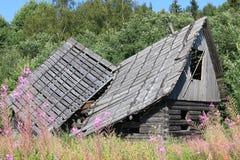 老被破坏的木房子 免版税库存图片