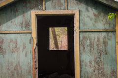老被破坏的木旅游客舱 免版税库存照片