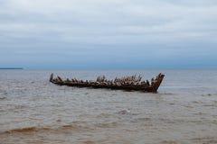 老被破坏的船在波罗的海 免版税库存照片