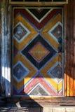 老被绘的木门在房子里 库存图片