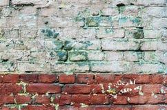 老被绘的砖墙纹理  免版税库存照片