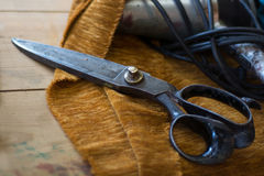 老裁缝剪刀在室内装饰品工厂 图库摄影