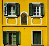 老装饰的门面和快门,波尔查诺意大利 免版税库存图片
