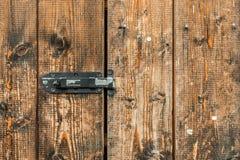 老褐色的木门的图片锁了与挂锁 库存照片