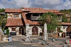 老西班牙房子的照片有木Windows和屋顶的o 库存图片