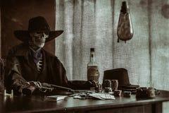 老西部啤牌骨骼枪 库存图片