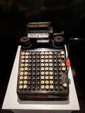 老计算器古色古香的收款机、加法器或者古色古香的计算器在博物馆Mandiri 免版税库存图片