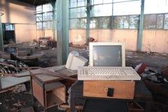 老计算机在被破坏的工厂 免版税库存图片