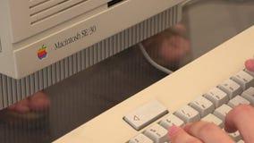 老计算机橡皮防水布 苹果计算机 4K 股票视频