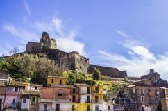 老诺曼底` s城堡和中世纪城市,拉梅齐亚泰尔梅,卡拉布里亚,意大利 库存图片