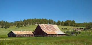 老谷仓和大农场 库存图片