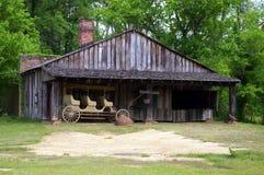老谷仓和无盖货车 免版税库存照片