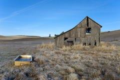 老谷仓和木盆。 库存照片