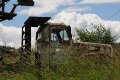 老谷仓和汽车和提取在内兹珀斯县 免版税图库摄影