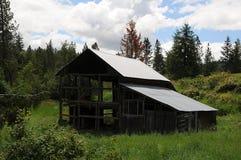 老谷仓和汽车和提取在内兹珀斯县 库存图片